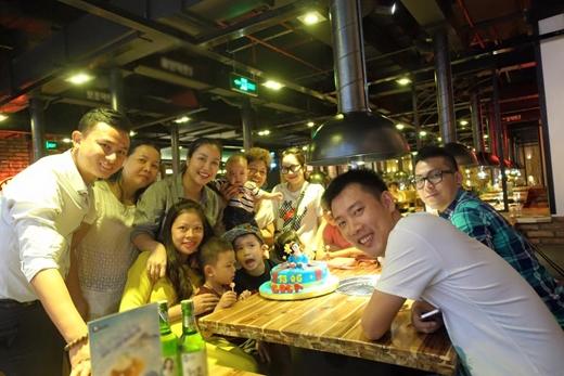 Ốc Thanh Vân đã tổ chức một bữa tiệc nhỏ giữa các thành viên trong gia đình, để chúc mừng sinh nhật cậu con trai đầu lòng Cocacủa cô. Trong hình, Ốc Thanh Vân và chồng, cũng như các thành viên khác đã cảm thấy rất hạnh phúc vì điều này.