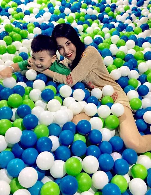 Tạm gác lại lịch trình quay phim bận rộn, cô nàng Mai Hồ đã quyết định dành thời gian cuối tuần để đưa cậu con trai cưng của mình đi chơi. Có thể thấy trong hình, cả hai mẹ con đã có được những giờ phút vui vẻ và thoải mái nhất.