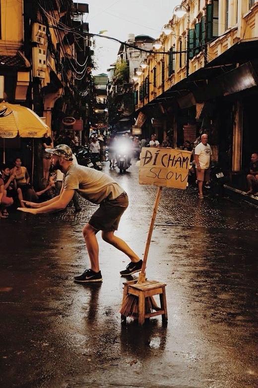 Một người nước ngoài đứng ra điều tiết giao thông sau trận mưa dông kinh hoàng tại Hà Nội