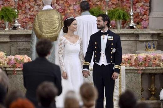 Chiếc đầm cưới Công nương Sofia diện là của một nhà thiết kế Thụy Điển được thiết kế cổ chữ V với phần tay ren 2 bên