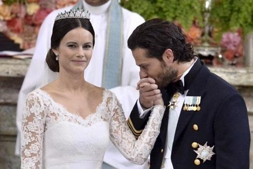 Hoàng tử Carl Phillip trao cho vợ mình những cái hôn và cử chỉ ân cần
