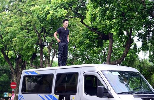 Buổi trình diễn ngồi lơ lửng trên nóc ôtô của ảo thuật gia trẻ Dương Hoài Nam diễn ra vào sáng sớm ngày 15/6 trên phố Đinh Tiên Hoàng (Hà Nội).