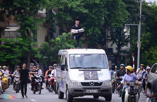 Dương Hoài Nam (22 tuổi) là sinh viên ĐH Kinh tế quốc dân. 9X này đã theo đuổi đam mê ảo thuật gần chục năm nay. Hiện Nam là một trong 3 người tại Hà Nội được nhận bằng từ Hiệp hội ảo thuật gia quốc tế và cũng là một trong những người trẻ nhất của hiệp hội.