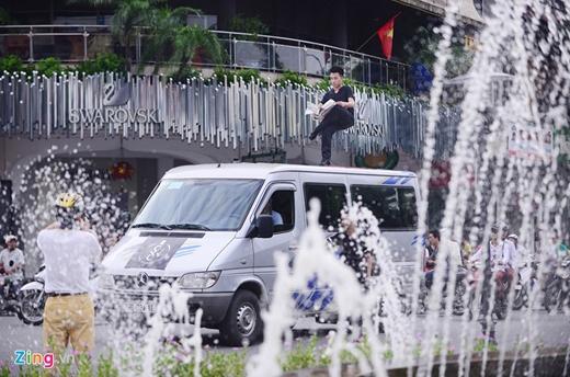 Một số người đi tập thể dục, đạp xe quanh bờ hồ Hoàn Kiếm dừng lại quay phim, chụp ảnh.