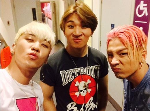 Seungri đăng tải hình hài hước cùng Taeyang và Daesung.