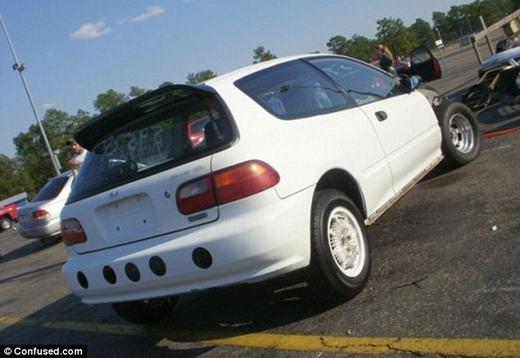 Bạn có đoán được những chấm đen phía sau chiếc Honda Civic này là gì không?