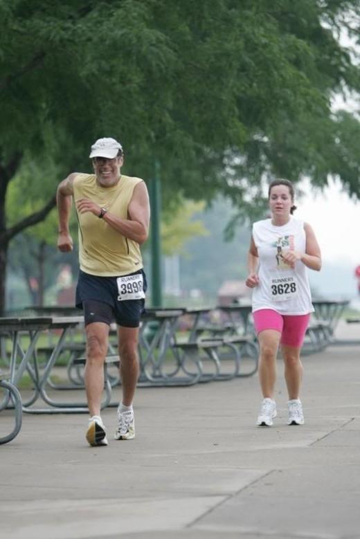 Không vung tay khi đi bộ có thể giúp cho bài tập thể dục của bạn có hiệu quả tốt hơn.