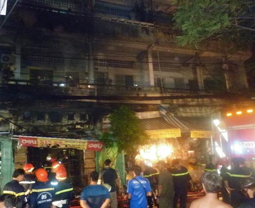 Nhiều xe chữa chày và lính cứu hỏa được điều động đến cứu hỏa