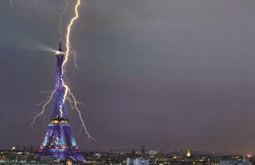 Còn đây là tháp Eiffel tại thủ đô Paris, Pháp bị sét đánh trúng trông rất đáng sợ.