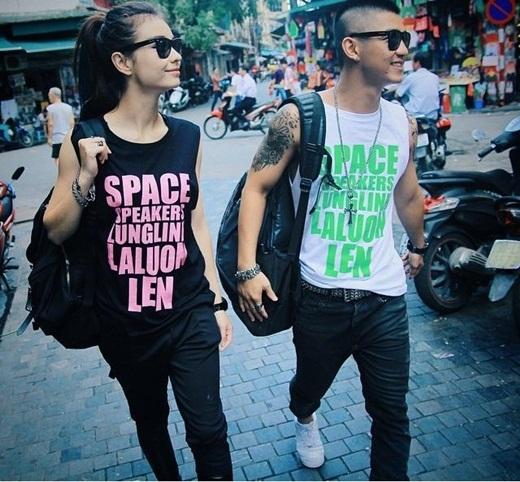 MLee và Cường Seven diện áo đôi cực 'ngầu' dạo phố. Cặp đôi hot teen này hiện đang nhận được rất nhiều tình cảm yêu mến từ các bạn trẻ. 'Bông hồng lai' từ khi trở thành một cặp với Cường Seven thì được mọi người khen ngợi ngày càng xinh đẹp và cá tính hơn.