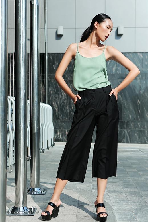Sự thanh lịch, chỉn chu còn được nhân lên gấp bội qua việc sơ vin áo vào trong quần làm nổi bật phần cạp quần cao cổ điển.