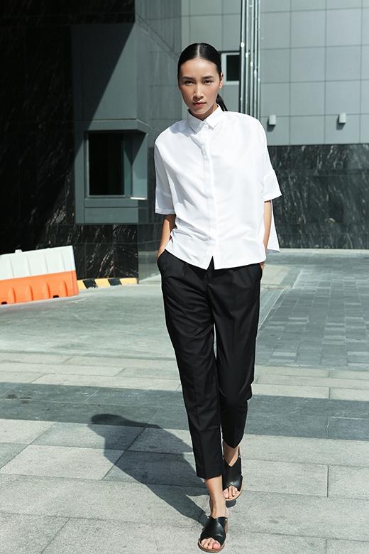 Song đó, hai gam màu trắng, đen cổ điển cũng được vận dụng linh hoạt trong những trang phục của mùa hè. Trang Khiếu thanh lịch pha chút cổ điển trong bộ trang phục phối hợp quần âu cùng áo sơ mi phom rộng phá cách.