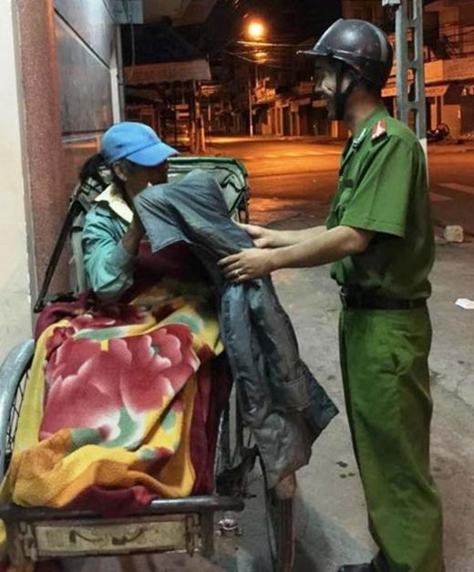 AnhHảiđi phát đồ từ thiện cho những người dân vô gia cư, gặp nhiều khó khăn.