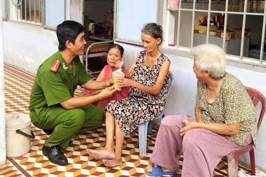 Anh thường xuyên đi làm từ thiện tại trung tâm bảo trợ xã hội, các chùa nuôi cô nhi, hay các trường mồ côi...