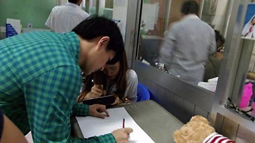 Cả 2 đã để lại lời chúc và chữ ký dành cho bé. - Tin sao Viet - Tin tuc sao Viet - Scandal sao Viet - Tin tuc cua Sao - Tin cua Sao