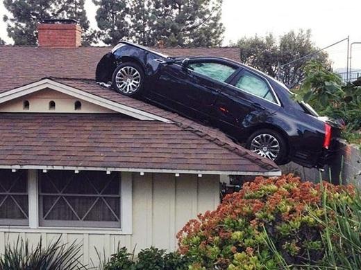 Bây giờ đậu xe trên mái nhà mới là mốt...