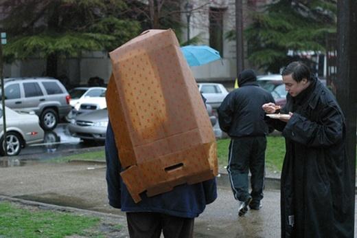 Kinh nghiệm khi trời đột ngột mưa là cứ tóm lấy cái gì có thể dùng để che được ở gần bạn nhất
