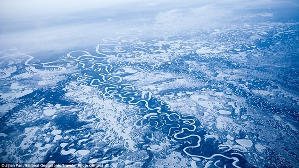 """Bức ảnh đẹp """"lung linh"""" của dòng sông băng ở Alaska này được tác giả chụp trên máy bay khi đang ở độ cao hơn 11.000km."""