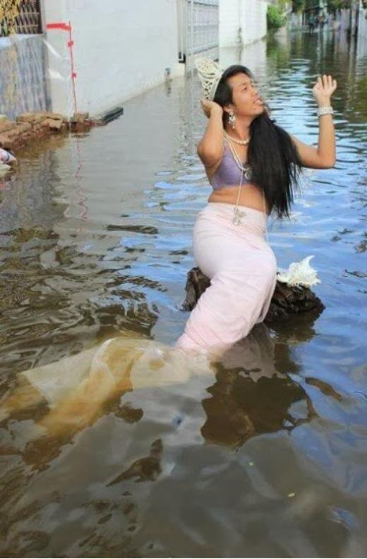 Một cách tận hưởng cảnh ngập lụt rất 'cổ tích'