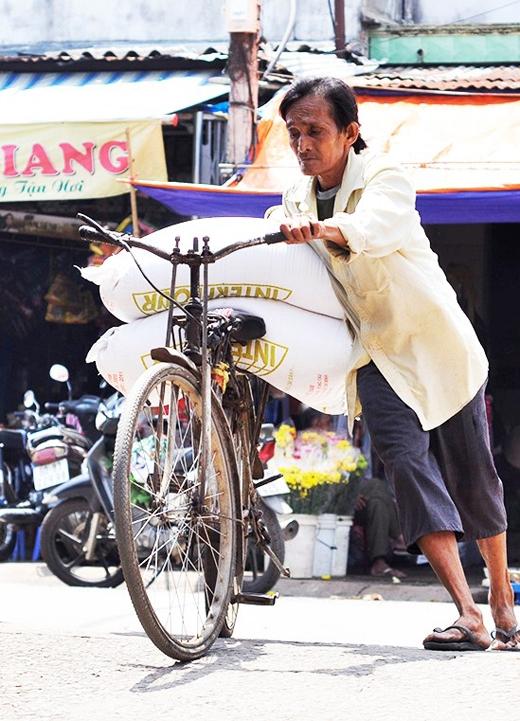 Hàng hóa mà các bác, chú chở đều rất nặng. Ảnh: Zing
