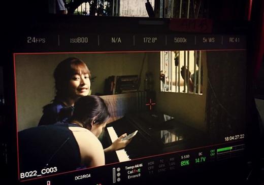 Bộ phim Yêu của Chi Pu và Gil Lê đang ở những giai đoạn đầu của quá trình ghi hình, và đây là một trong những phân cảnh của phim. Cô nàng Chi Pu chia sẻ rằng, thực ra đây là một cảnh buồn nhưng vì có người-mà-ai-cũng-biết-là-ai-đó nhắn tin cho cô bảo nhìn vào máy và cười thật tươi nên cô nàng đã gắng gượng để làm điều này.