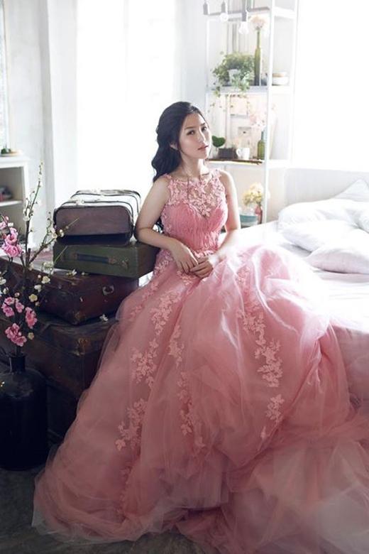 Nữ ca sĩ Hương Tràm đã chia sẻ hình ảnh đầy nữ tính của mình trong bộ áo cưới lộng lẫy. Có vẻ như sau những ồn ào scandal của cô nàng, thì dường như sự xuất hiện của cô trong các dự án âm nhạc dần trở nên thưa thớt hơn.