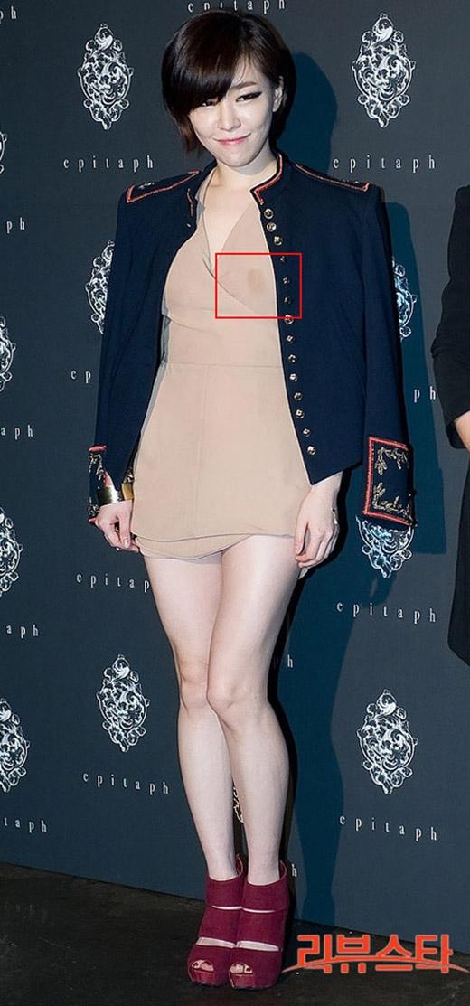Trong một lần, thay vì tập trung vào hình ảnh của Gain thì vết chấm đậm trên áo ngay vùng nhạy cảm đã khiến cô 'mất điểm' trong mắt những người tham gia sự kiện.