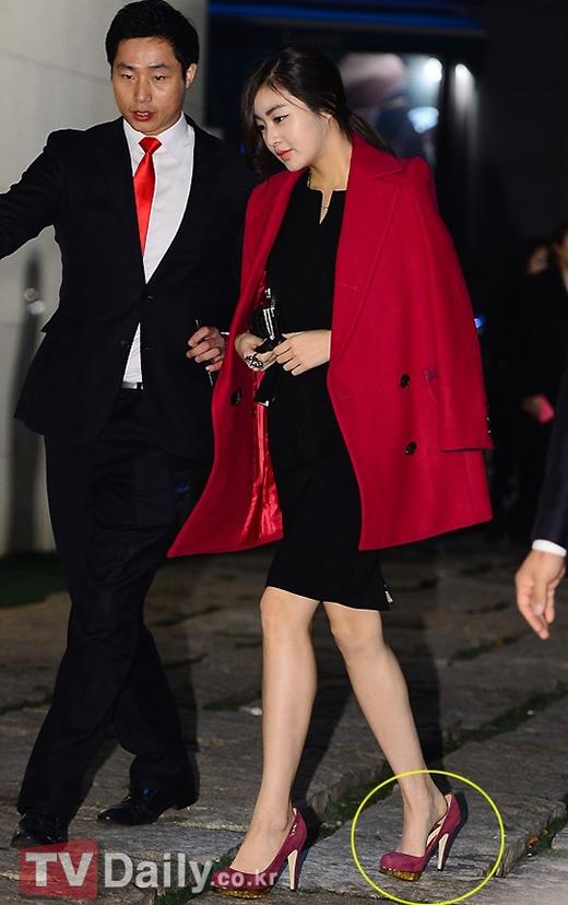 Cũng như Park Min Young, Kang Sora vô tình chọn đôi giày qua to so với với chân, nên khi bước đi gót chân bị hở cả khúc.