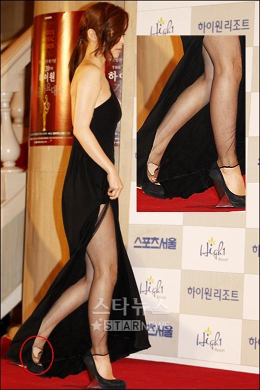 Nữ diễn viên Hong Soo Ah bị soi khi cô mặc váy rách trên thảm đỏ.