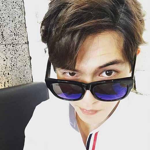 Jonghyun khoe vẻ mặt thích thú nhất của anh chàng và chúc các fan một ngày vui vẻ.