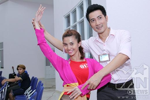 Việt My nhờ đến sự giúp đỡ của thầy Nguyễn Phi Hùng với các động tác múa đương đại.