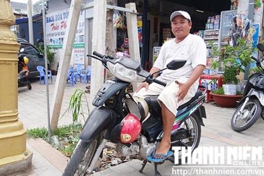 Hằng ngày, Phùng Ngọc đều đậu xe trước cửa Bệnh viện đa khoa Bình Dương để chở khách. Nguồn ảnh: Thiên Hương (Theo Thanh niên)