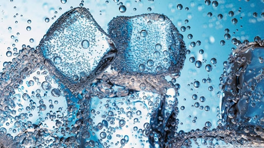 """Bạn nên hạn chế uống nước đá để tránh bị vừa """"nóng trong cơ thể"""", vừa bị đau họng nữa nhé."""