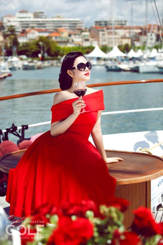 Trước đó, tại Liên hoan Phim Cannes 2013, bộ váy đỏ xòe với phần vai trễ khá hiện đại cũng được Lý Nhã Kỳ khéo léo biến tấu cho phù hợp với nét cổ điển, sang trọng.