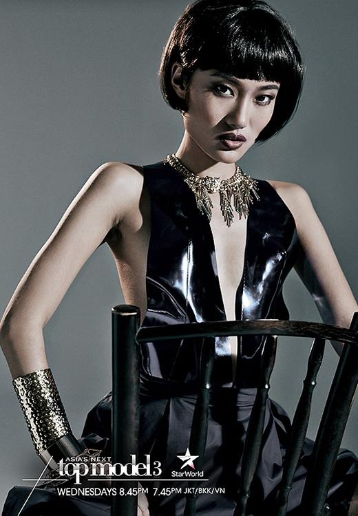 Ngay sau đó lấy lại phong độ chiến thắng thử thách chụp ảnh bìa cho Harper's Bazaar Singapore.