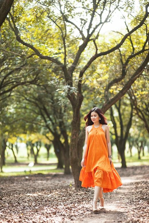 Phần lưng trễ sâu cùng độ xòe rộng của thân váy làm tăng thêm vẻ nữ tính, gợi cảm.