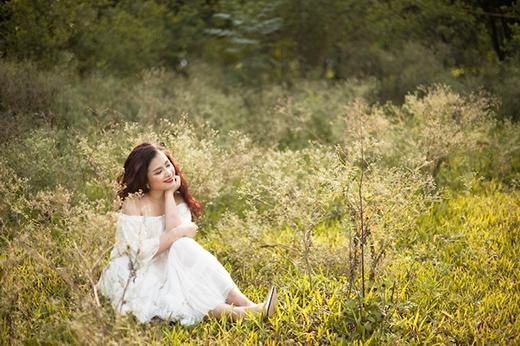 Trong khi đó, bộ váy trắng trễ vai trên nền chất liệu ren mỏng lại tái hiện hình ảnh của những tiểu tư yêu kiều quý phái tuổi đôi mươi.