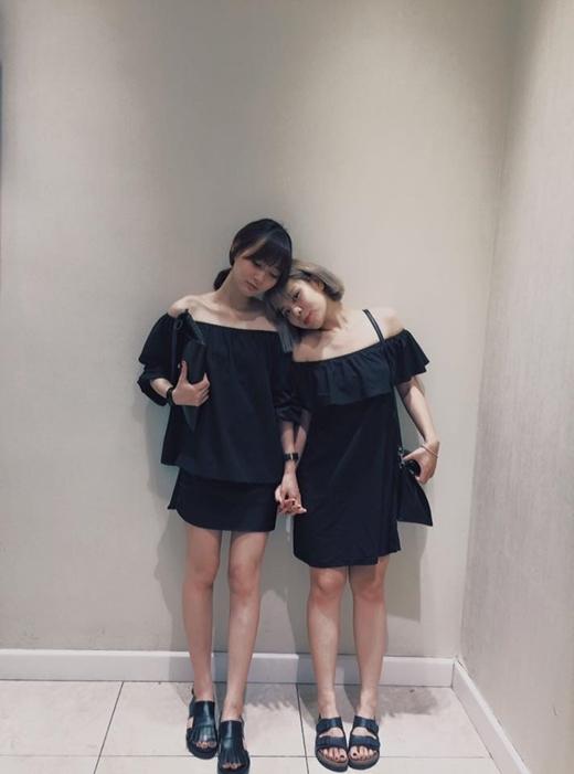 Hai cô hot girl Hà thànhSun HtvàHoài Anh diện đồ đôi nắm tay nhau tình cảm chụp ảnh. Cả hai lựa chọn bộ đồ 'tông xoẹt tông' đen, chiếc áo dáng suông, quây trễ vai vô cùng nữ tính.