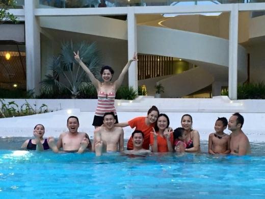 Những giây phút tại bể bơi vui vẻ. - Tin sao Viet - Tin tuc sao Viet - Scandal sao Viet - Tin tuc cua Sao - Tin cua Sao
