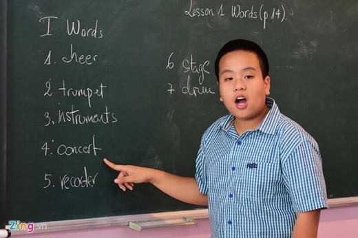 Đỗ Nhật Nam dạy tiếng anh miễn phí cho các em nhỏ. Ảnh: Zing