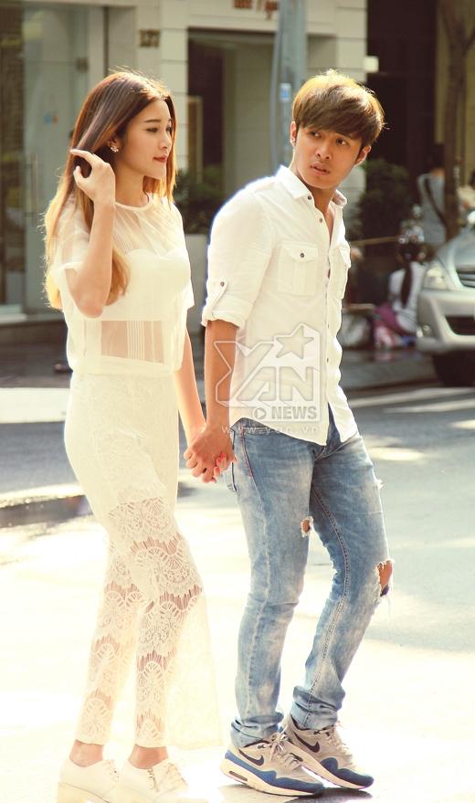 Trong khi đó, Gin Tuấn Kiệt lại năng động, trẻ trung và không kém phần cá tính khi kết hợp sơ mi cùng với jeans rách và giày thể thao.