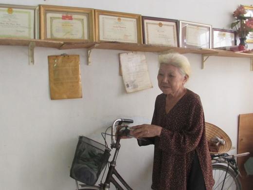Hàng ngày bà Huệ vẫn đều đặn đạp xe đi hái thuốc Nam làm từ thiện