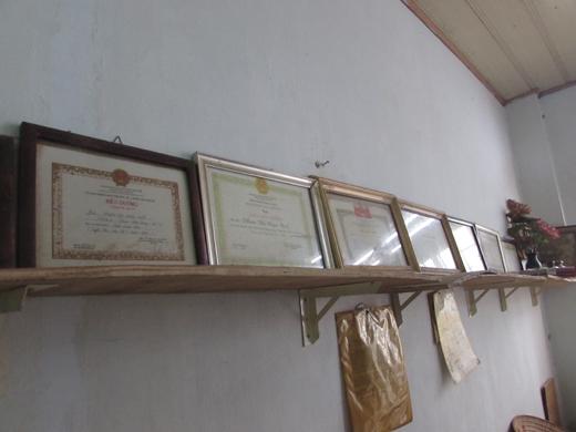 Căn phòng nhỏ của bà Huệ có rất nhiều giấy khen của các đoàn thể địa phương