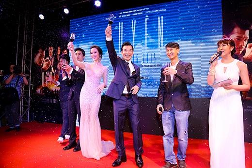 Đạo diễn Nguyễn Phan Quang Bình và đoàn phim nâng ly mừng buổi công chiếu thành công. - Tin sao Viet - Tin tuc sao Viet - Scandal sao Viet - Tin tuc cua Sao - Tin cua Sao