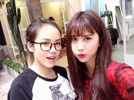 Mới đây Phương Ly chia sẻ lên trang cá nhân bức hình chụp cùng Quỳnh Anh Shyn. Hai cô gái xinh đẹp đứng cạnh nhau khiến cho người hâm mộ vô cùng thích thú. Mỗi người đều sở hữu những nét đẹp riêng biệt và khó lòng có thể so sánh.