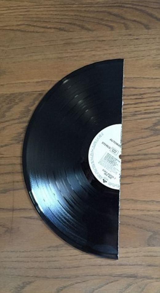 Còn đây là nửa chiếc đĩa CD Nửa chiếc iPhone