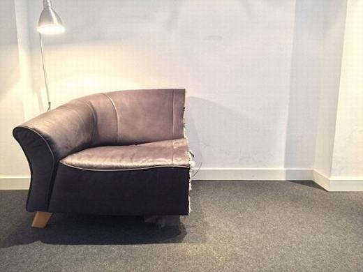 Chiếc ghế sofa cũng chỉ còn một nửa và được bán với giá 1 EURO
