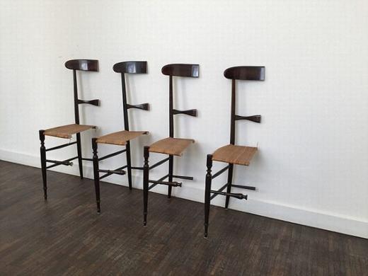 Những chiếc ghế đã bị cưa đôi