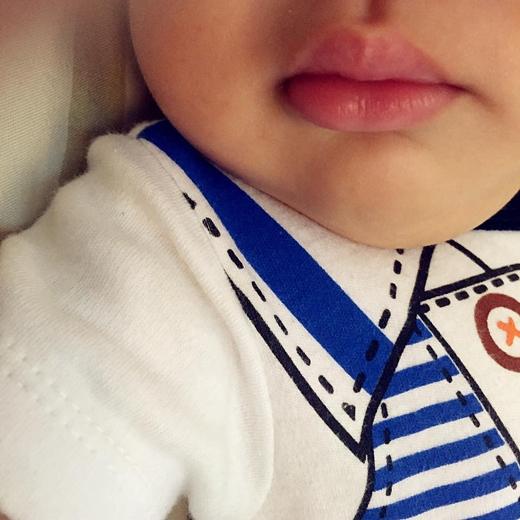 Mới đây nhất, nữ ca sĩ Thu Thủy đã khoe khéo hình ảnh đôi môi của con trai. Với hình ảnh này của bé, có thể thấy con traiThu Thủy có đôi môi và khuôn miệng giống hệt mẹ.