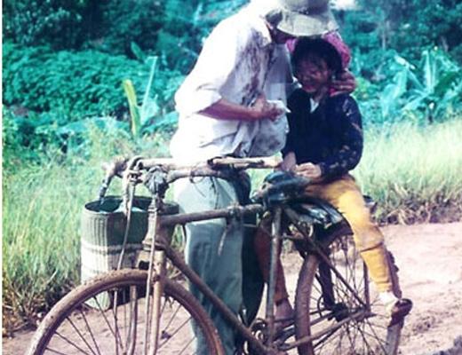 Cha và con gái trên chiếc xe đạp cũ
